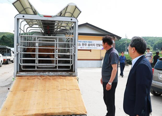 꾸미기_1-5. 사진(농협경제지주 젖소개량사업소 영양사업장, 한우 전달식).jpg